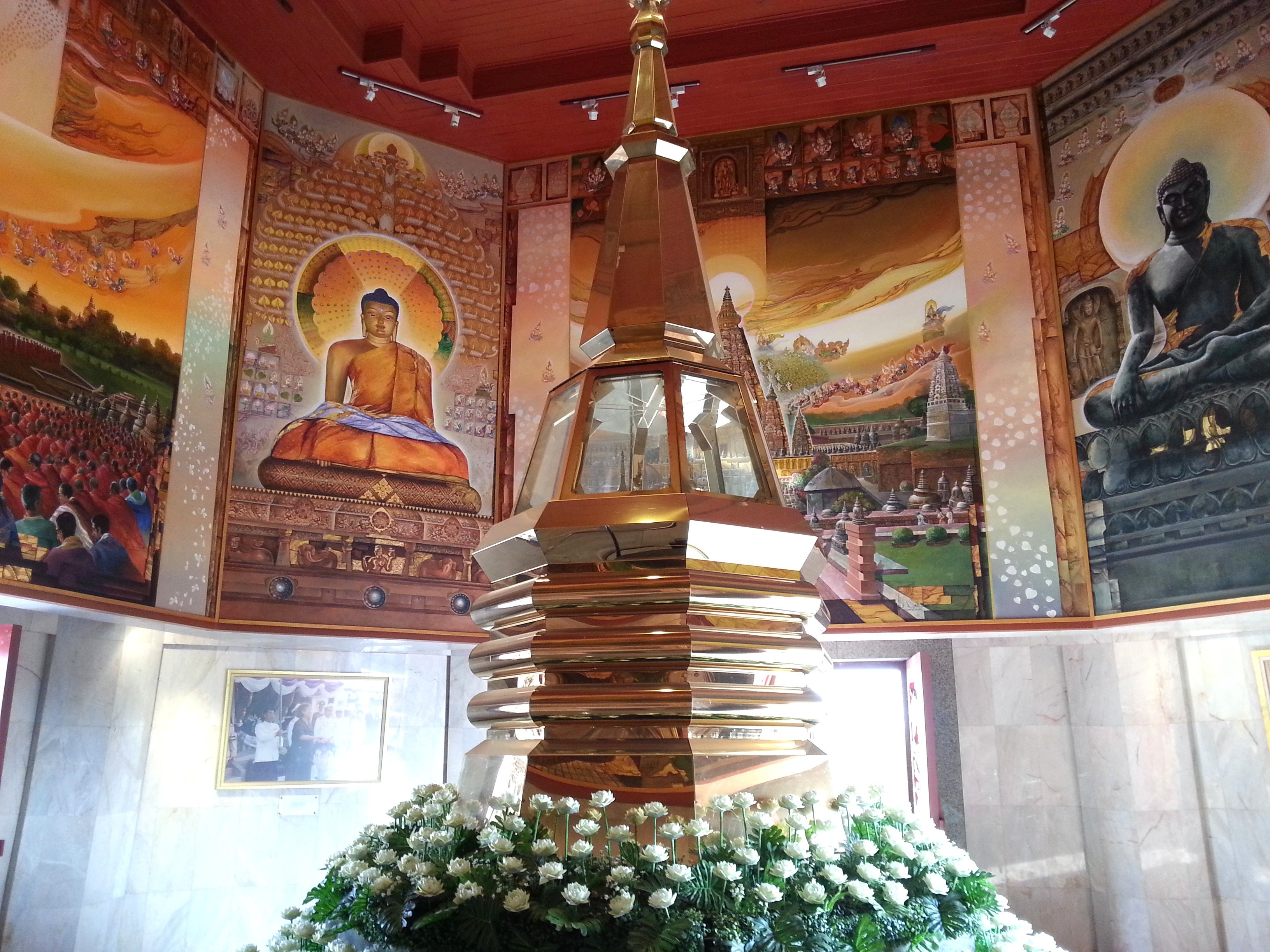 Buddha shrine at Wat Pothisomphon