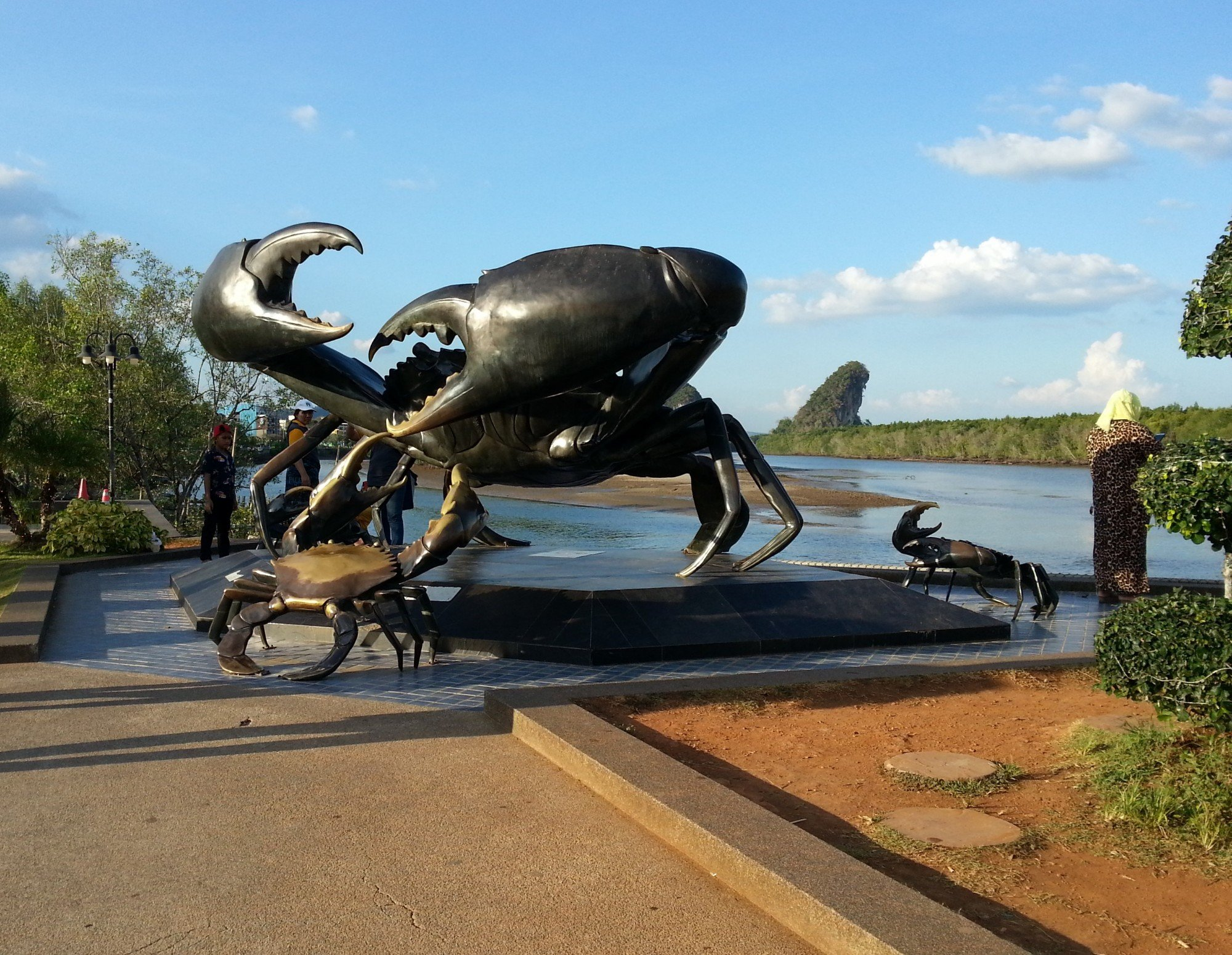 Crab sculpture in Chaofa Park