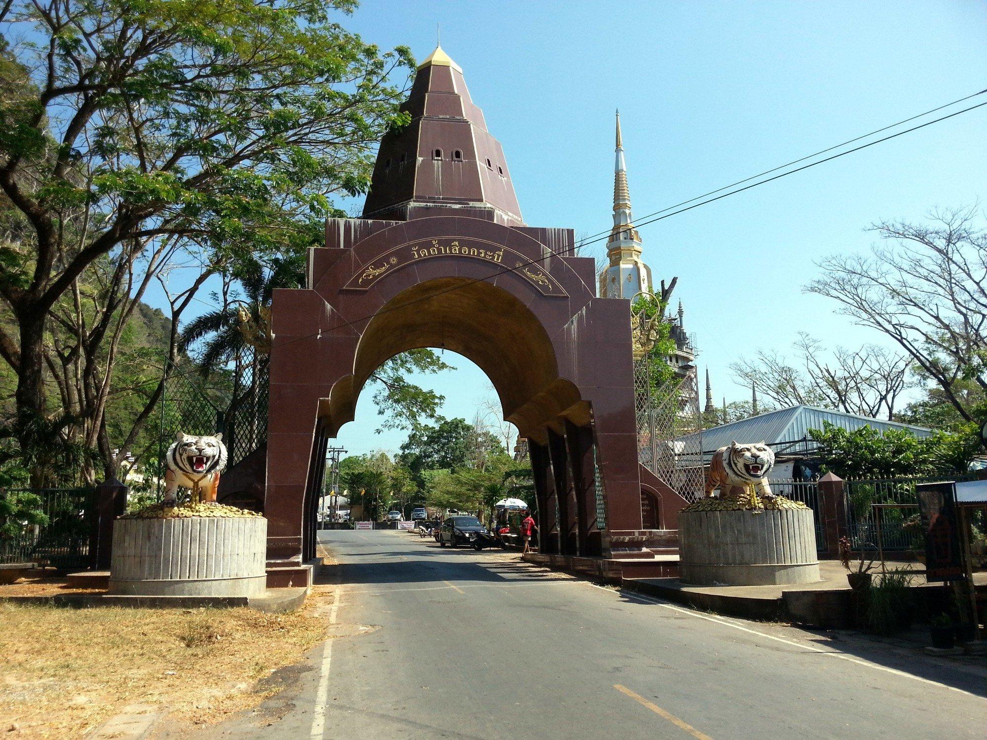 Entrance to Wat Tham Suea