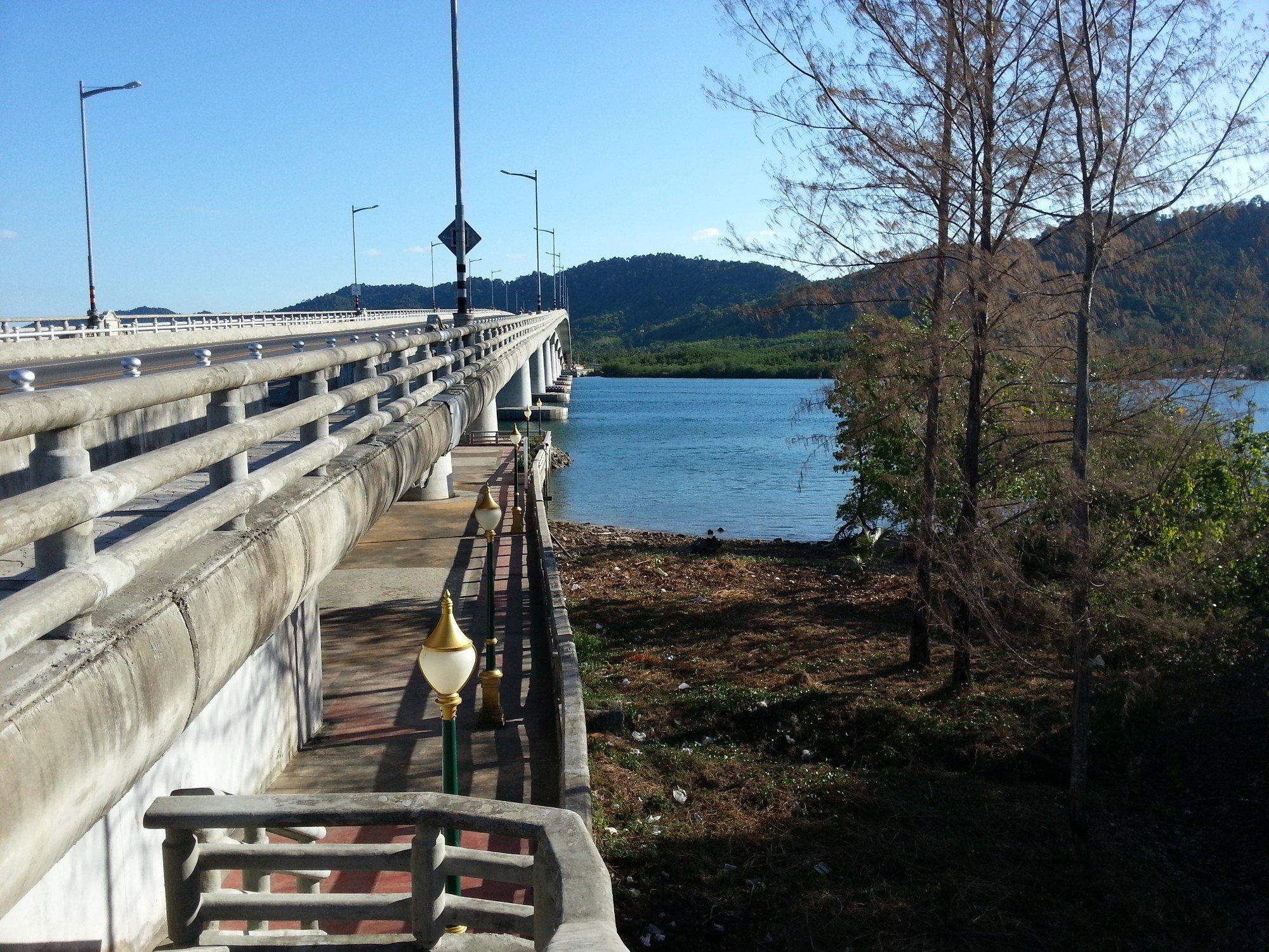 The Siri Lanta Bridge connects Koh Lanta's two main islands