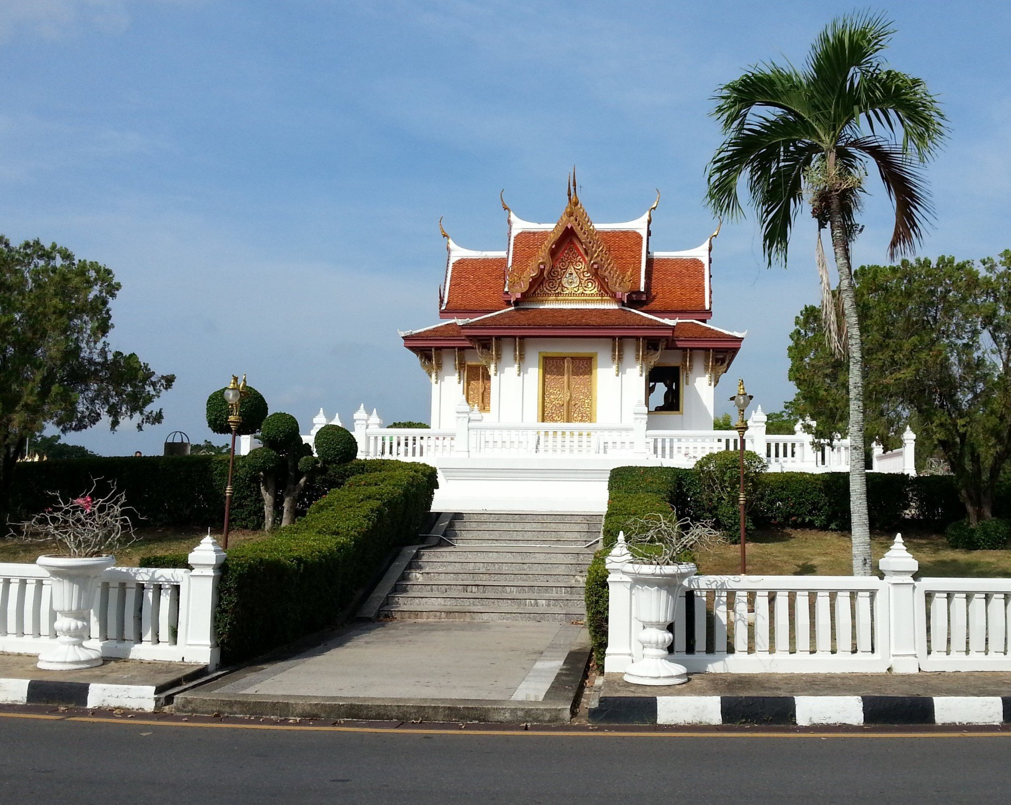 Building housing the Phra Phuttha Nirokhantrai Chaiwat Chaturathit