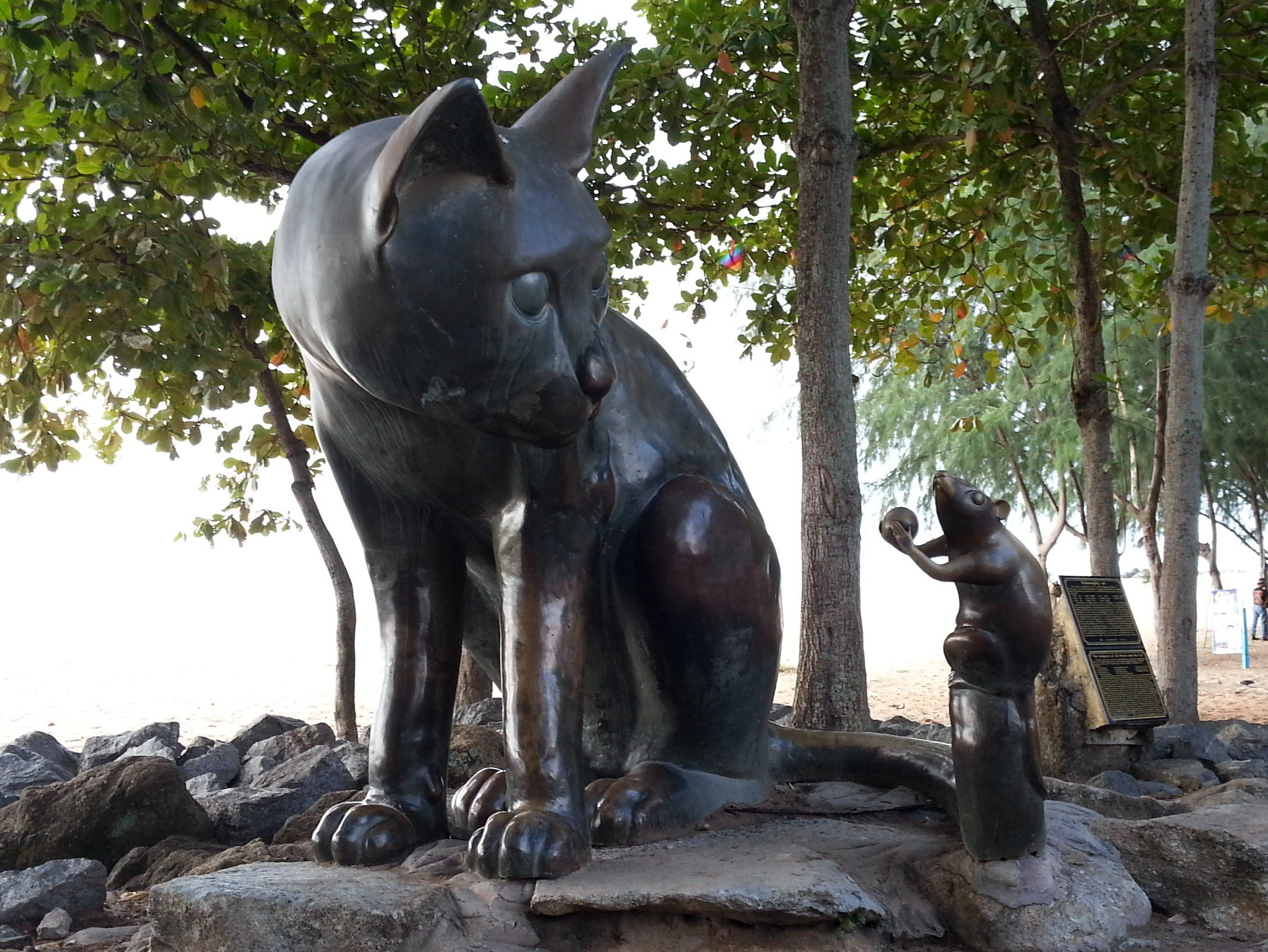 Cat and mouse statue on Samila Beach