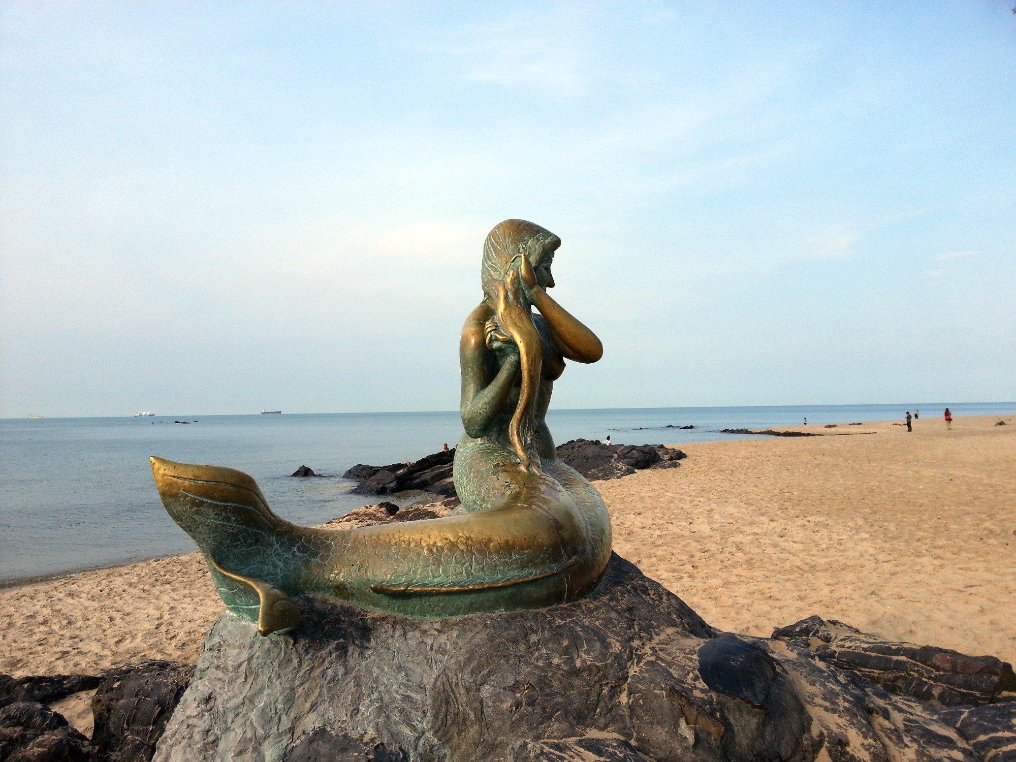 Mermaid statue on Samila Beach