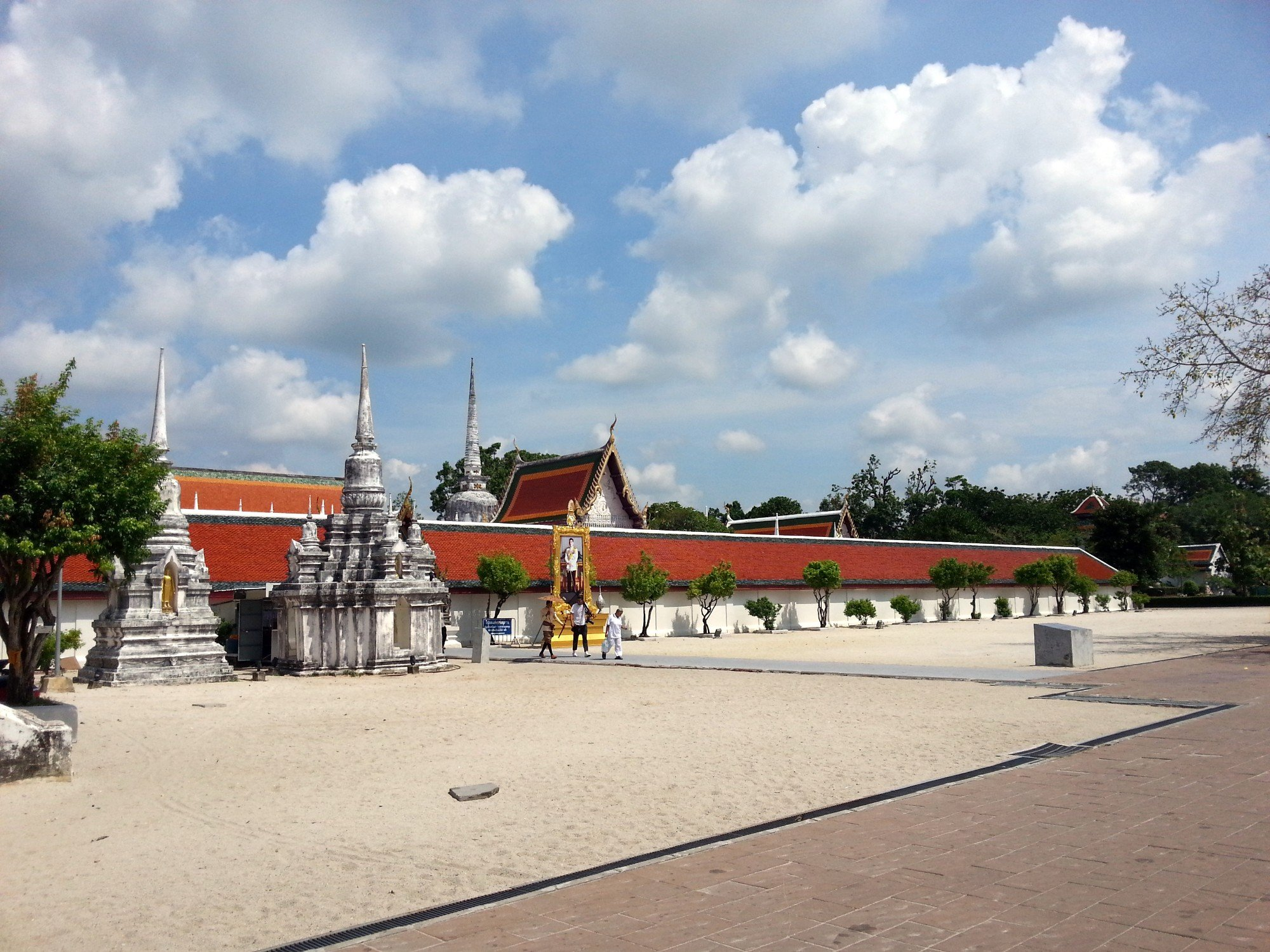 Wall around the chedi at Wat Phra Mahathat