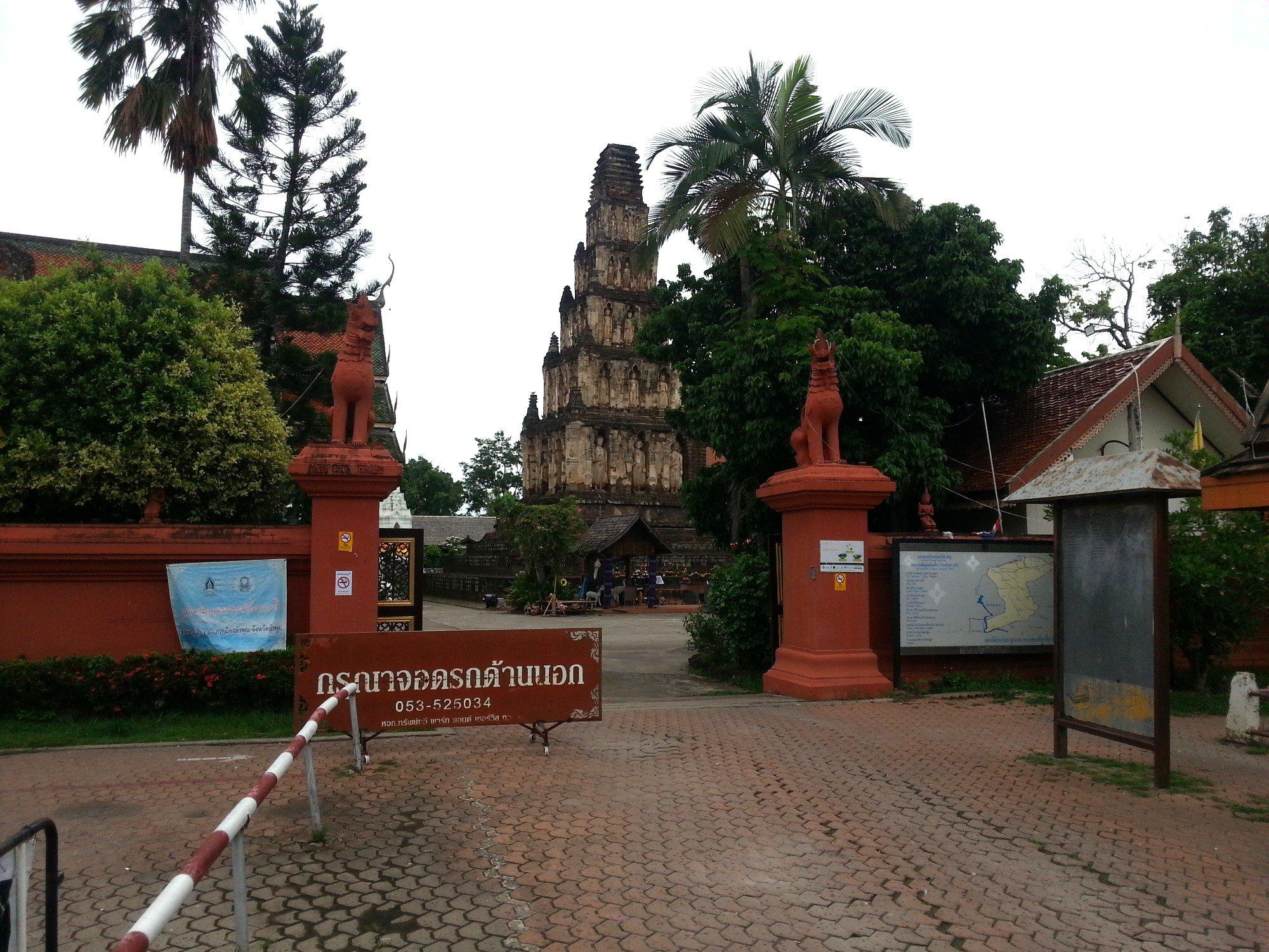 Entrance to Wat Chammathewi