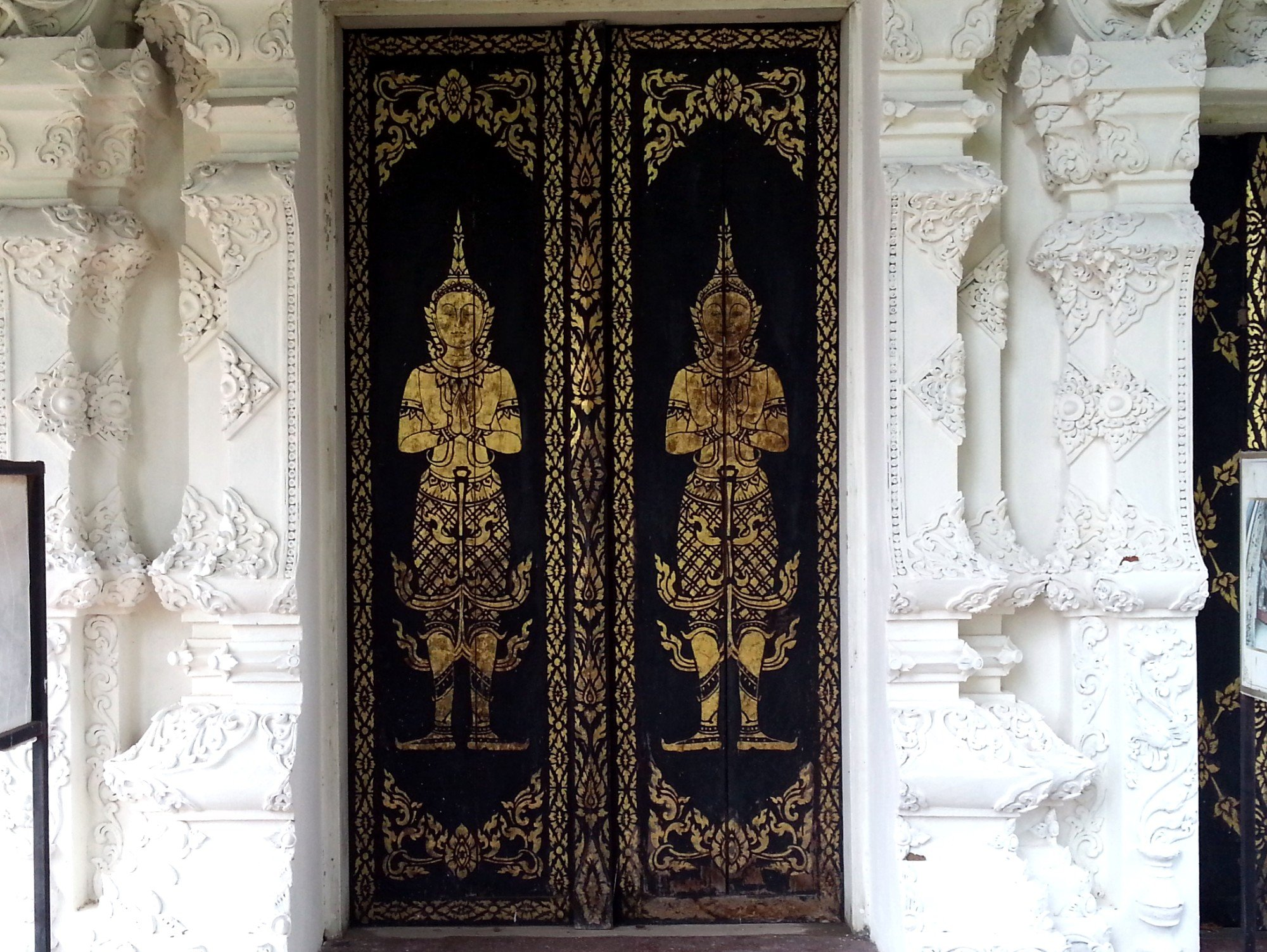 Entrance doors to the ordination hall at Wat Pratu Pong