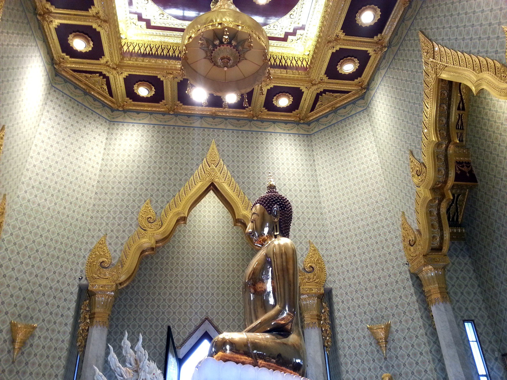 Side view of the Phra Phuttha Maha Suwan Patimakon at Wat Traimit
