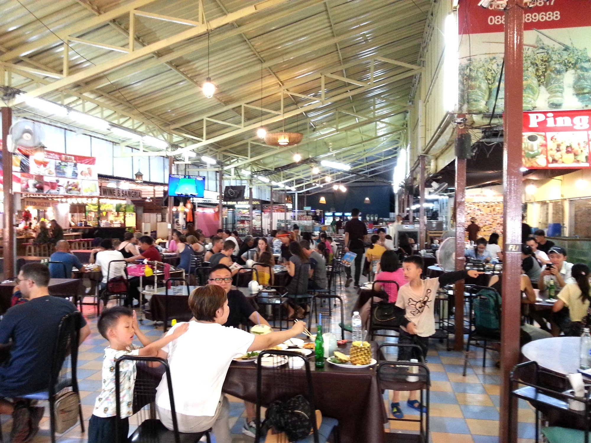 'soon aahaan' is the Thai word for a food court
