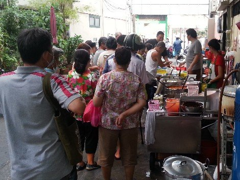 Queue for take away at Jek Pui Curry Rice